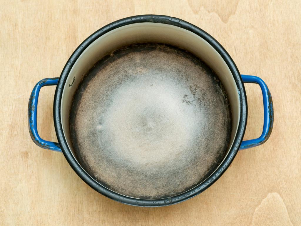 Comment utiliser une casserole en tant que fer à repasser ?